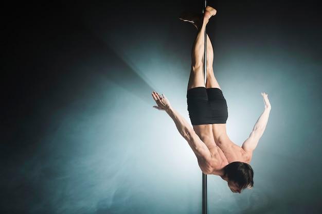 Ritratto di giovane maschio modello pole dancing