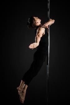 Ritratto di giovane maschio pole dancer
