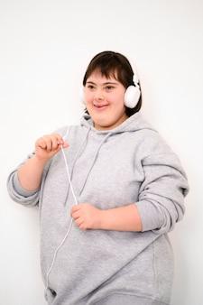 Ritratto di giovane ragazza ascoltando musica