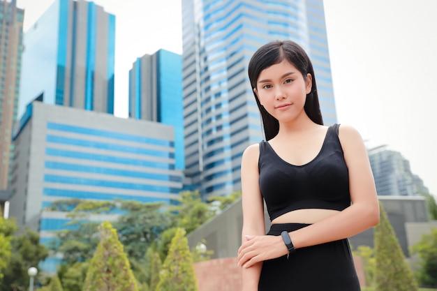 Ritratto di giovane ragazza bella e sana sport in abbigliamento sportivo nero