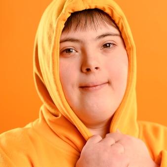 Ritratto di giovane ragazza con felpa con cappuccio