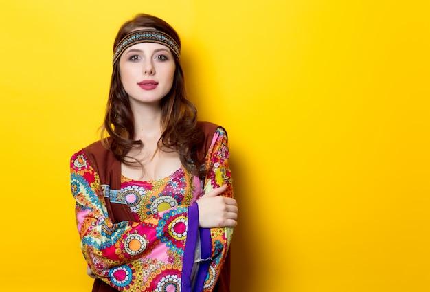 Ritratto di giovane ragazza hippie