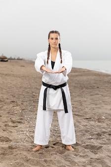 Ritratto di giovane ragazza in abito di karate