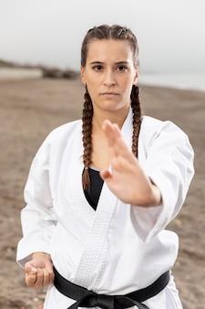 Ritratto di giovane ragazza in costume di arti marziali