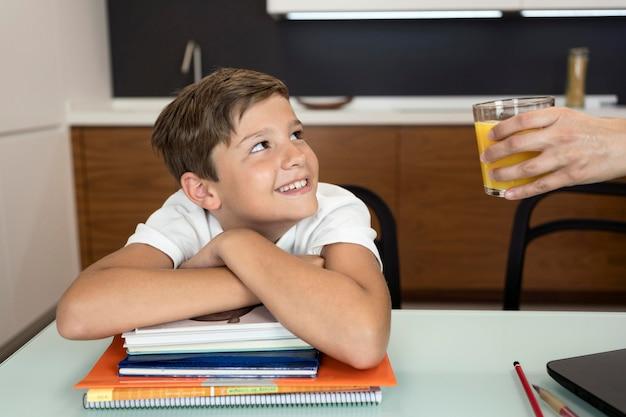 Ritratto di giovane ragazzo sorridente che esamina sua madre