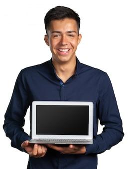 Ritratto di giovane sorridente con il portatile