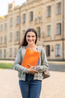 Ritratto di giovane studente felice di tornare all'università