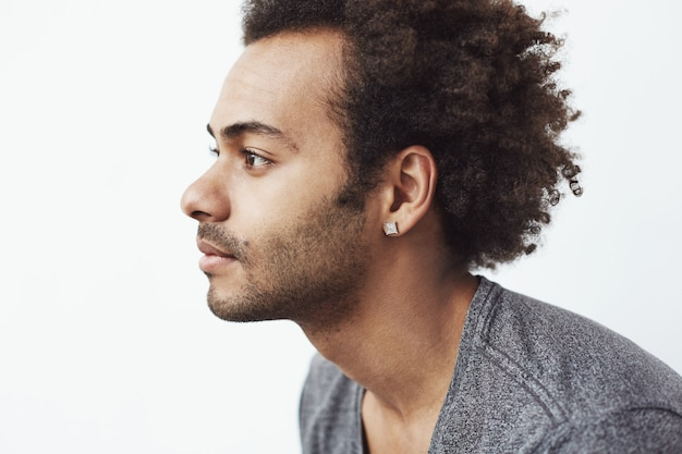 Ritratto di giovane uomo africano bello nel profilo.