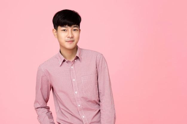 Ritratto di giovane uomo asiatico bello in camicia rosa