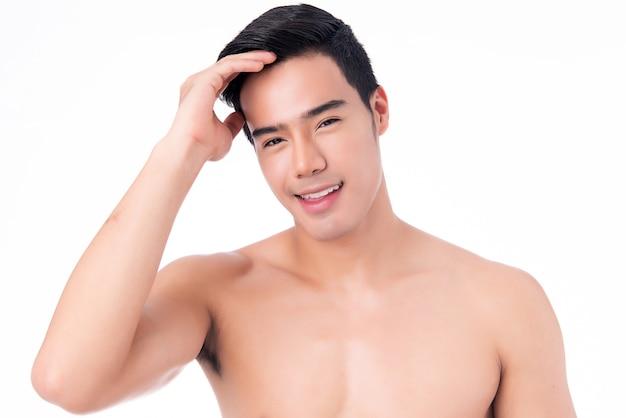 Ritratto di giovane uomo asiatico bello isolato. concetto di salute e bellezza degli uomini, cura di sé, cura del corpo e della pelle.