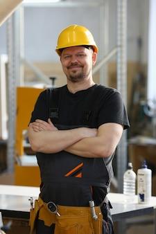 Ritratto di giovane uomo attraente in abiti da lavoro