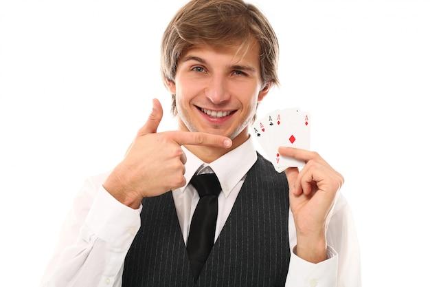 Ritratto di giovane uomo che mostra le carte da poker