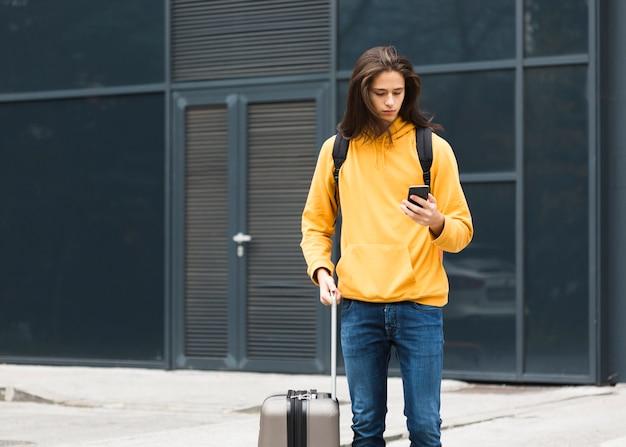 Ritratto di giovane uomo con i capelli lunghi