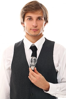 Ritratto di giovane uomo con una lampadina, concetto di idea