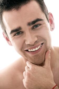 Ritratto di giovane uomo, concetto di cura della pelle maschile