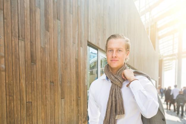 Ritratto di giovane uomo d'affari alla moda su legno
