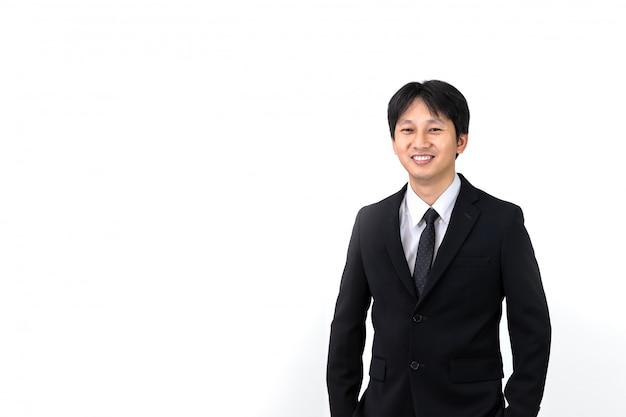 Ritratto di giovane uomo d'affari asiatico su sfondo bianco