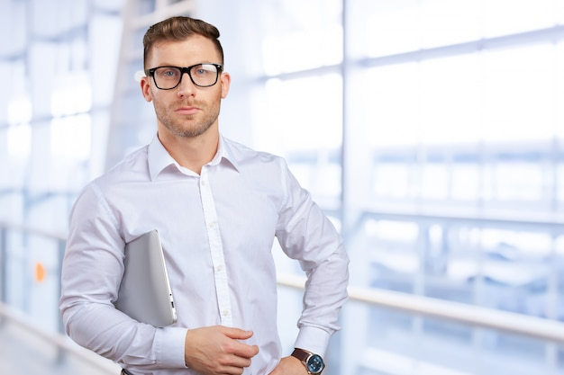 Ritratto di giovane uomo d'affari con il portatile