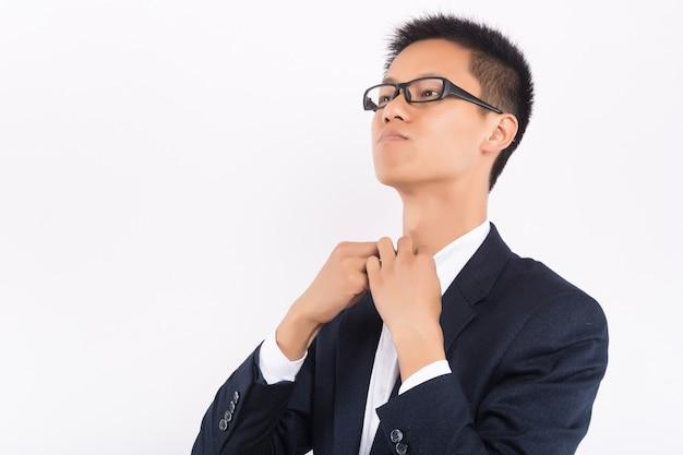 Ritratto di giovane uomo d'affari di successo asiatico bello indossare abito nero