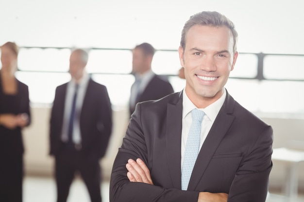 Ritratto di giovane uomo d'affari sorridendo alla telecamera