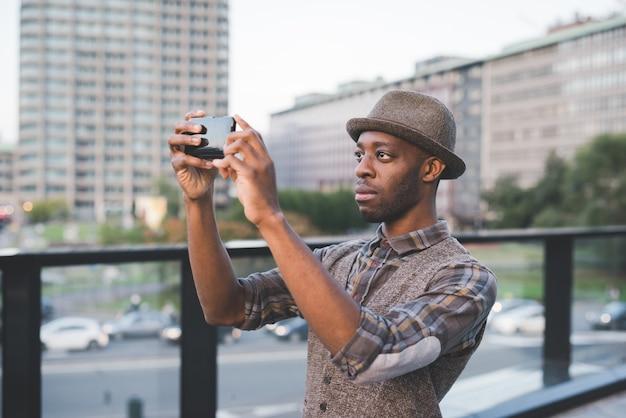 Ritratto di giovane uomo di colore afro bello