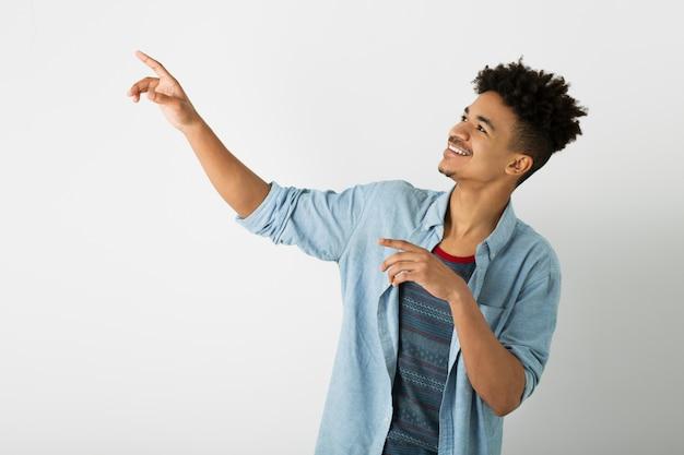 Ritratto di giovane uomo di colore bello su bianco