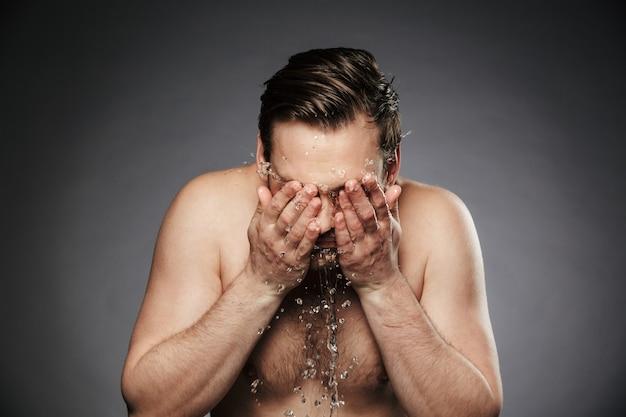 Ritratto di giovane uomo senza camicia