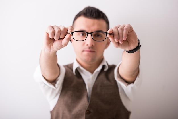 Ritratto di giovane uomo sicuro con gli occhiali.