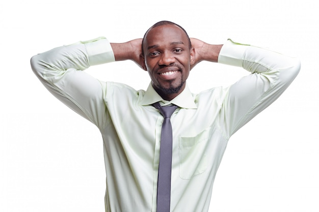 Ritratto di giovane uomo sorridente nero africano bello