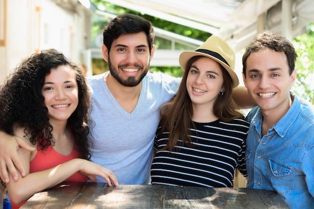 Ritratto di giovani amici che sorride alla macchina fotografica