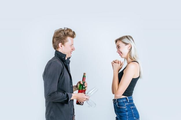 Ritratto di giovani coppie felici che bevono vino