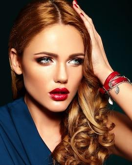 Ritratto di glamour sensuale del modello di bella donna con trucco quotidiano fresco con labbra rosse e pelle pulita e sana.