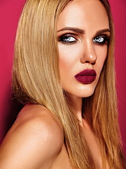 Ritratto di glamour sensuale di bella donna bionda modello donna con il trucco quotidiano fresco con il colore delle labbra rosa e la pelle pulita e sana