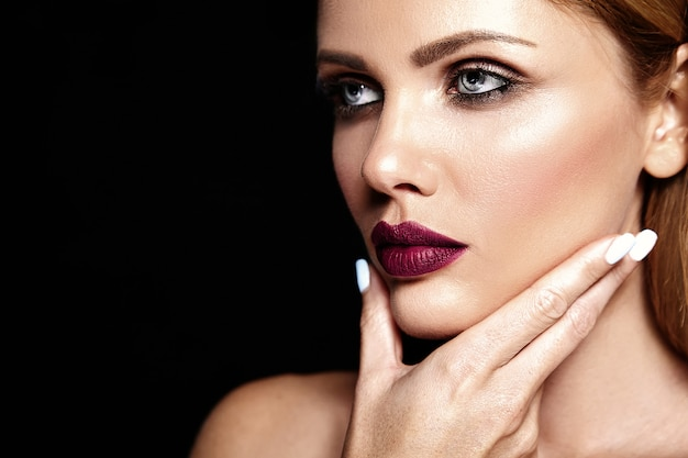Ritratto di glamour sensuale di bella donna bionda modello donna con il trucco quotidiano fresco con il colore delle labbra viola e pelle pulita sana