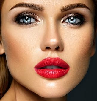 Ritratto di glamour sensuale di bella donna modello donna con il trucco quotidiano fresco con il colore delle labbra rosse e viso pulito pelle sana