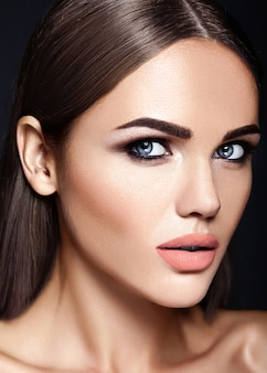 Ritratto di glamour sensuale di bella donna modello donna con il trucco quotidiano fresco