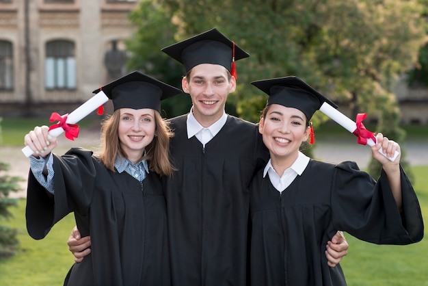 Ritratto di gruppo di studenti che celebrano la loro laurea