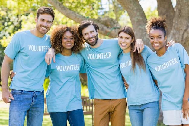 Ritratto di gruppo volontario in posa
