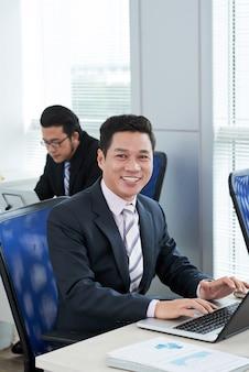Ritratto di handsome asian manager