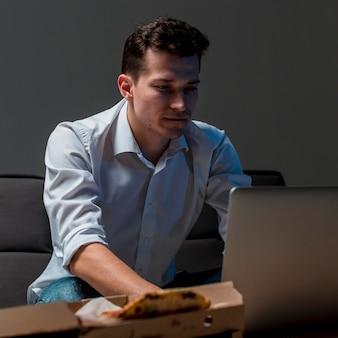 Ritratto di imprenditore che lavora di notte