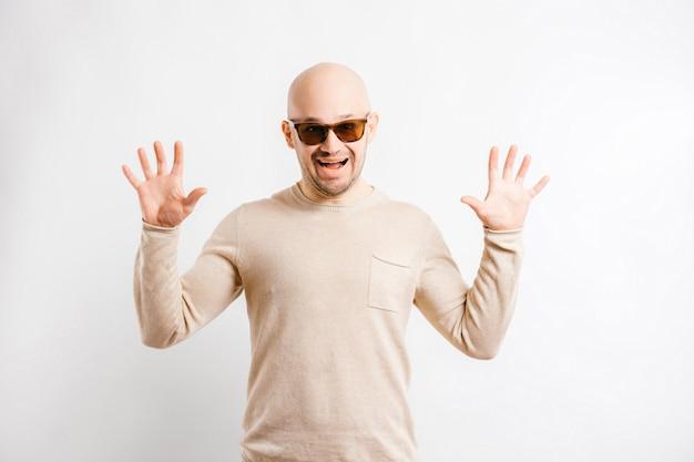 Ritratto di ingannare l'uomo con le mani divaricate