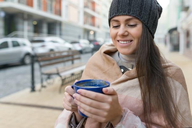 Ritratto di inverno di autunno di giovane donna sorridente in cappello