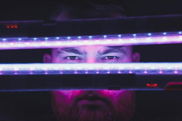 Ritratto di luce al neon del modello uomo con i baffi