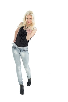 Ritratto di lunghezza completa di donna casual con i capelli biondi