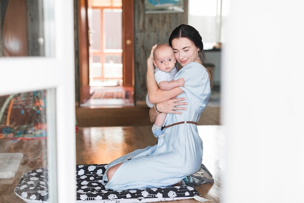 Ritratto di madre che ama il suo bambino a casa