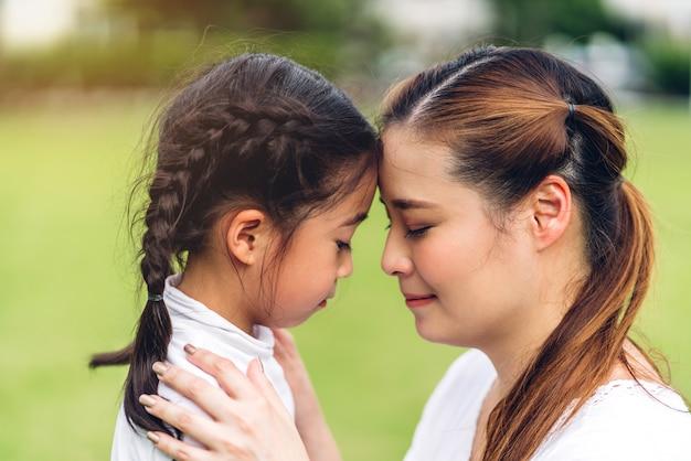 Ritratto di madre e figlia al parco