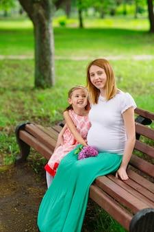 Ritratto di madre e figlia incinta nel parco