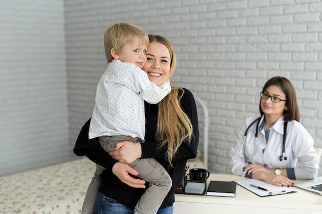 Ritratto di madre e figlio ad un appuntamento dal medico. pediatra incontro con madre e figlio in ospedale.