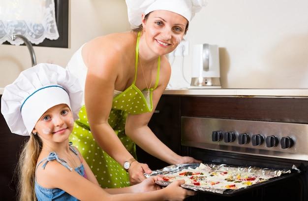 Ritratto di mamma e bambino con pizza