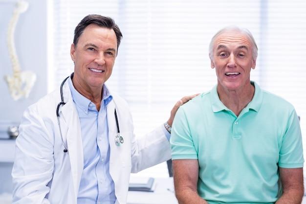 Ritratto di medico e paziente anziano